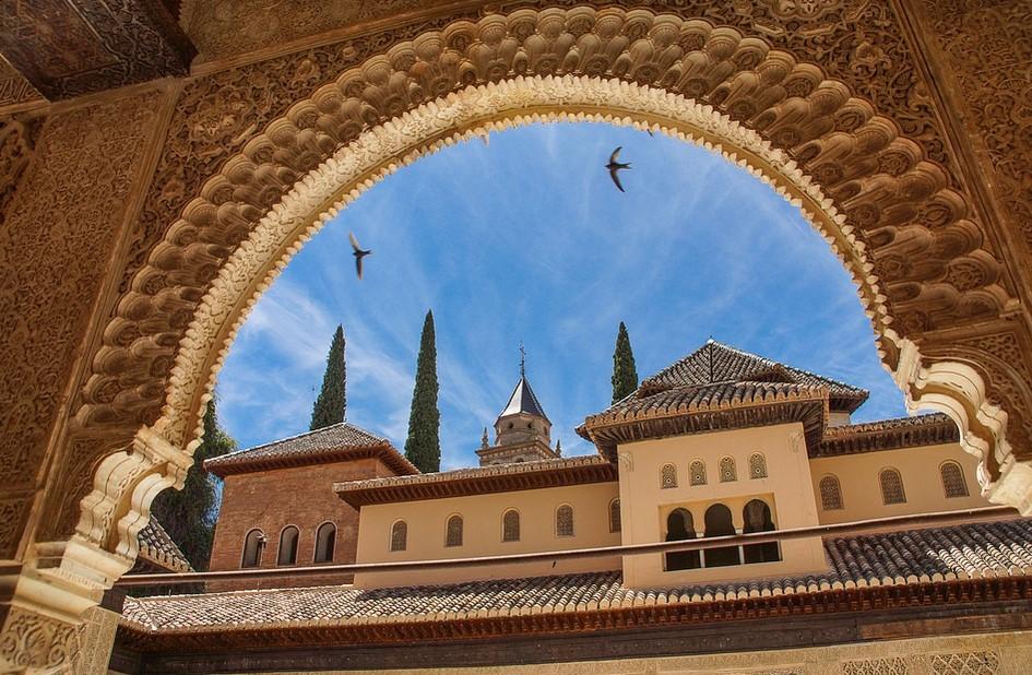 toiture andalouse sur fond de ciel bleu