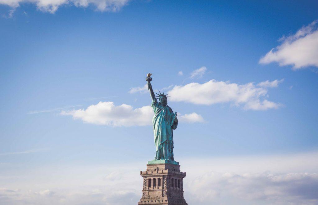 statut de la liberté sur grand ciel bleu